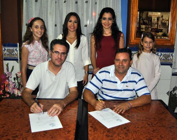 Firma Contrato Hogueras 2014 001-crop