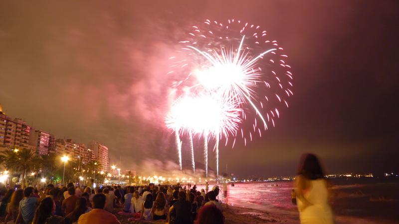 Hermanos Sirvent de Alicante gana el concurso de mascletàs de las Hogueras y Gironina el de castillos de fuegos artificiales